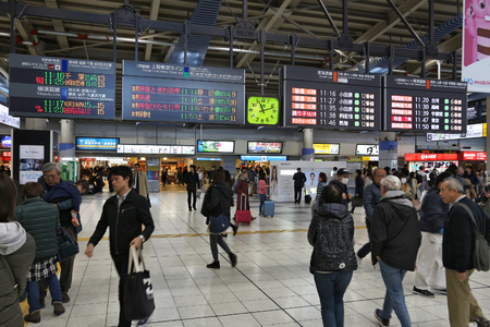 TOKYO, JAPAN - DECEMBER 3, 2016: Passengers hurry in Shinagawa Station in Tokyo. The station was used by 335,661 passengers daily in 2013. Редакционное