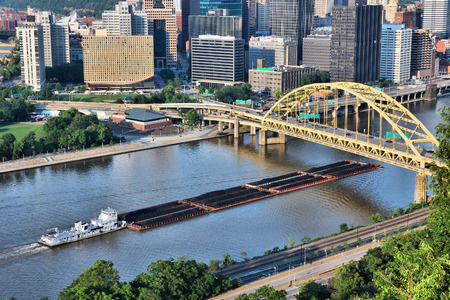 Industrial river shipping. Pittsburgh city, Pennsylvania. Monongahela River barge transport of coal. Banque d'images