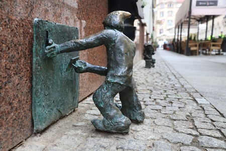 WROCLAW, POLAND - MAY 11, 2018: Gnome of dwarf small statue in Wroclaw, Poland. Wroclaw has 350 gnome sculptures around the city. 報道画像