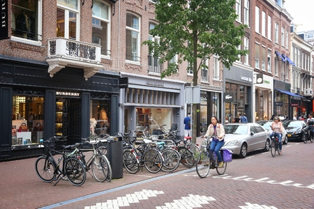 AMSTERDAM, NETHERLANDS - JULY 10, 2017: People visit P.C. Hooftstraat in Amsterdam. Pieter Cornelis Hooftstraat is the ultimate upscale shopping street in the Netherlands. 新聞圖片