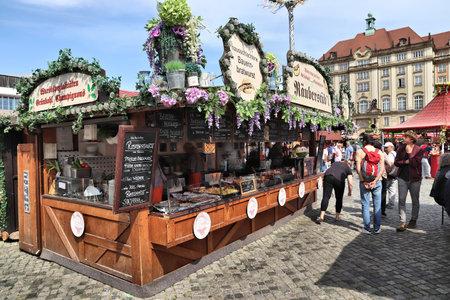 DRESDEN, Deutschland - 10. MAI 2018: Menschen besuchen Frühjahrsmarkt (Frühlingsmarkt) in Dresden. Frühlingsmärkte sind in Deutschland beliebt und verkaufen lokale Lebensmittel, Blumen und Produkte.