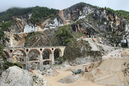Carrara, Italy - marble quarry in Fantiscritti valley. Bridge in Miseglia. Apuan Alps mountains. Standard-Bild