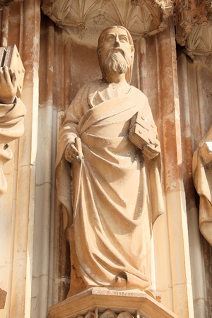 Saint Mark the Evangelist statue. Batalha Monastery - medieval gothic landmark in Portugal. Banque d'images