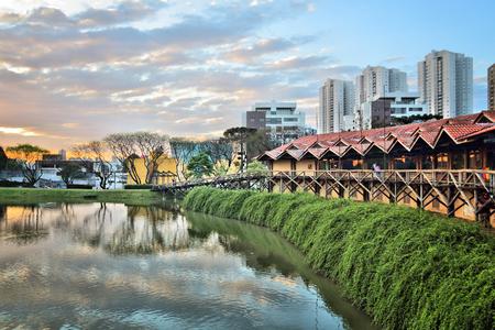 Curitiba, Brasilien - Skyline der Stadt vom Botanischen Garten aus gesehen.