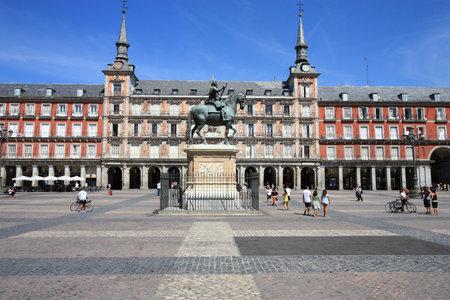 MADRID, ESPAGNE - 2 SEPTEMBRE 2009 : Les gens visitent la place principale - Plaza Mayor à Madrid. Madrid est la capitale espagnole avec 3 165 235 habitants.