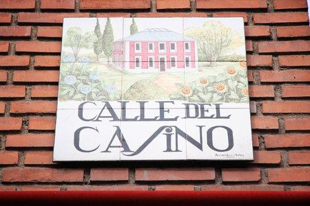 MADRID, SPAGNA - 24 OTTOBRE 2012: Calle del Casino tipico segnale stradale a Madrid, Spagna. I segni artistici delle piastrelle di ceramica sono tipici di Madrid. Editoriali