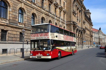 DRESDEN, GERMANY - MAY 10, 2018: Tourists ride a double decker bus city tour in Altstadt (Old Town) district of Dresden, the 12th biggest city in Germany. Redactioneel