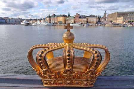 Stockholm landmarks. Decorative crown sculpture on Skeppsholmsbron bridge in Stockholm, Sweden. 免版税图像