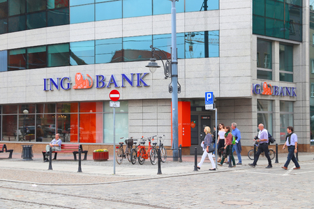 WROCLAW, POLAND - MAY 11, 2018: People walk by ING Bank branch in Wroclaw, Poland. There are 36 banking companies present in Poland (2018). Banco de Imagens - 118527722