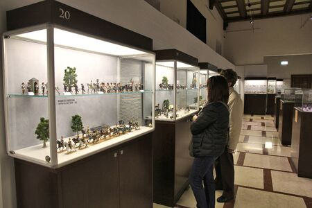 FLORENCE, ITALY - APRIL 30, 2015: Tourists visit toy soldiers collections in a museum in Florence. Italy is visited by 47.7 million tourists a year (2013). Redactioneel