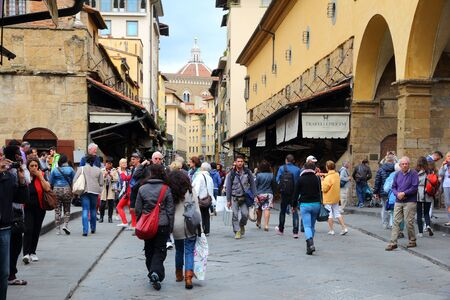 FLORENCE, ITALY - APRIL 30, 2015: Crowd of people visits Ponte Vecchio bridge in Florence, Italy. Italy is visited by 47.7 million tourists a year (2013). Redactioneel