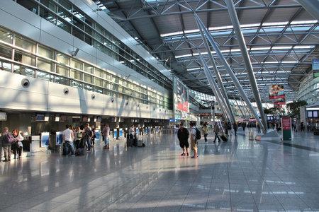 뒤셀도르프, 독일 - 2013년 7월 8일: 여행자는 독일 뒤셀도르프 공항에서 기다립니다. 연간 이용객이 거의 2,100만 명에 달하는 이 공항은 독일에서 3번째로, 유럽에서 20번째로 분주한 공항입니다.