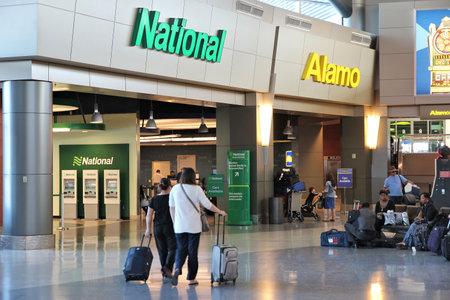 LAS VEGAS, USA - 13. APRIL 2014: Alamo und National Autovermietung Flughafenbüro in Las Vegas. Beide Marken sind im Besitz von Enterprise Holdings, einem Unternehmen mit 74.000 Mitarbeitern (2013).