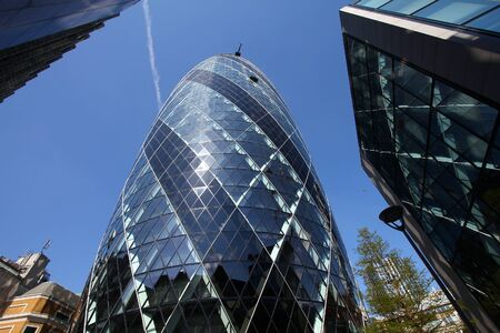 LONDON, UK - MAY 13, 2012: 30 St Mary Axe office building in London. It was completed in 2003 and is among top 10 tallest London buildings (at 180 m). Banque d'images - 128308663