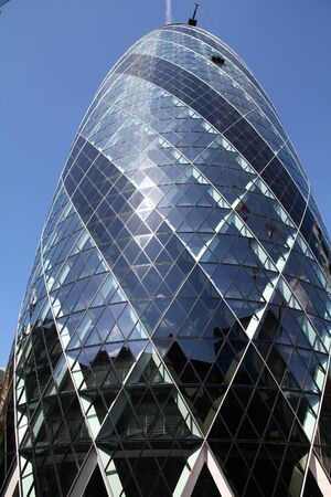 LONDON, UK - MAY 13, 2012: 30 St Mary Axe office building in London. It was completed in 2003 and is among top 10 tallest London buildings (at 180 m). Banque d'images - 128308676