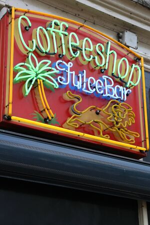 AMSTERDAM, NETHERLANDS - JULY 8, 2017: Coffee shop neon sign in Amsterdam, Netherlands. Coffeeshops legally sell marijuana for personal consumption. Stockfoto - 128309397