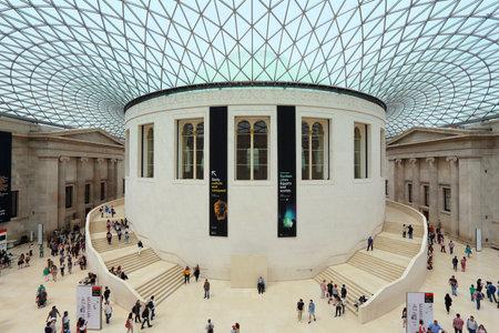 Londyn, Wielka Brytania - 9 lipca 2016: Ludzie odwiedzają British Museum Great Court w Londynie. Muzeum powstało w 1753 roku i posiada około 8 milionów obiektów.
