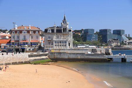 Portugal travel destination. Sandy beach in Cascais. 免版税图像