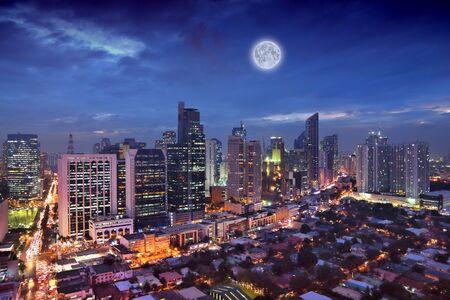 Makati-Stadtnachtskyline in Manila, Philippinen. Bürogebäude. Standard-Bild