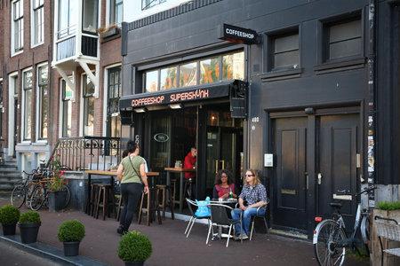 AMSTERDAM, NETHERLANDS - JULY 9, 2017: Coffee shop Superskunk in Amsterdam, Netherlands. Coffeeshops legally sell marijuana for personal consumption. Redactioneel