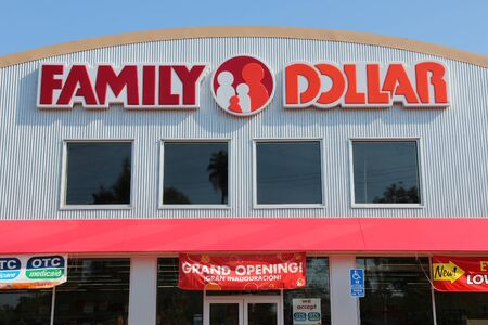 FRESNO, UNITED STATES - APRIL 12, 2014: Family Dollar store in Fresno, California. Family Dollar is owned by Dollar Tree group. 新聞圖片