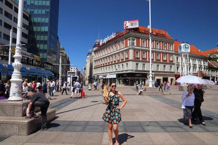 ZAGREB, KROATIEN - 30. JUNI 2019: Menschen besuchen den Platz Trg Bana Josipa Jelacica in Zagreb, der Hauptstadt Kroatiens. Zagreb ist mit 1,2 Millionen Einwohnern die größte Stadt Kroatiens. Editorial