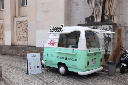 COIMBRA, PORTUGAL - MAY 26, 2018: Weeel frozen yogurt trailer in Portugal. Coimbra is the 4th largest population centre in Portugal. Banque d'images - 131249417