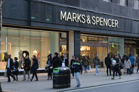 LONDON, UK - 23. April 2016: Menschen shoppen bei Marks & Spencer, Oxford Street in London. Oxford Street hat täglich etwa eine halbe Million Besucher und 320 Geschäfte.
