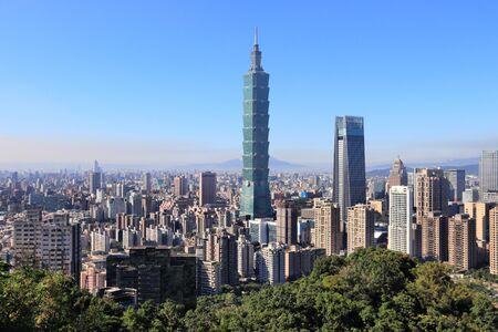 Die städtische Skyline der Stadt Taipeh vom Elephant Mountain aus gesehen. Standard-Bild