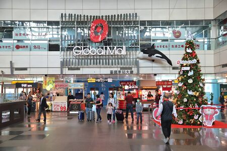 KAOHSIUNG, TAIWAN - NOVEMBER 30, 2018: Passengers enter Global Mall from Kaohsiung Main Station, Taiwan. Kaohsiung Station serves more than 14 million annual passengers. 新聞圖片
