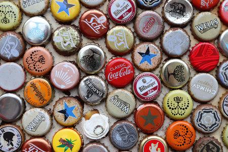 Londres, Royaume-Uni - 13 JUILLET 2019 : Bière mixte et boissons non alcoolisées capsules de bouteilles en métal à Londres au Royaume-Uni.