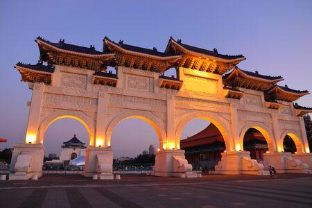 Taiwan landmark - Liberty Square Arch in Taipei. Evening view. 版權商用圖片