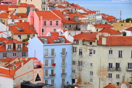 Lisbon colorful city view. Alfama district architecture in Lisbon, Portugal. 免版税图像