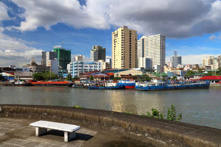 Manila city skyline in Philippines. Residential towers and Pasig River. 免版税图像