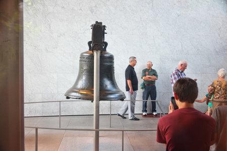 PHILADELPHIA, USA - JUNE 11, 2013: People visit the famous Liberty Bell in Philadelphia. 에디토리얼