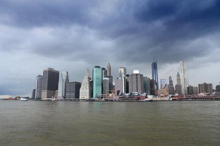 New York rain cloud cityscape - Manhattan skyline from Brooklyn. Banco de Imagens - 157392977