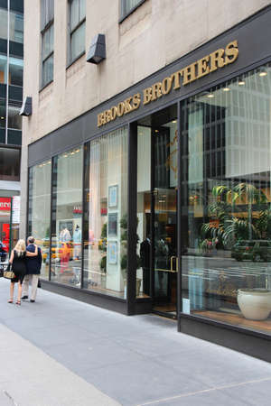 NEW YORK, USA - JULY 4, 2013: People walk by Brooks Brothers fashion store in 6th Avenue, New York. Brooks Brothers is one of oldest clothes store chains in the USA, founded in year 1818. Éditoriale