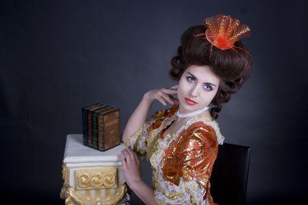 epoch: Donna che indossa 18a-19 � secolo vestiti, elegantemente posa in studio.