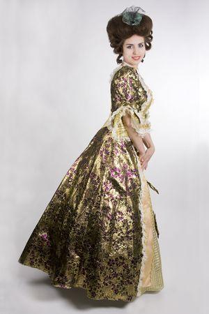 epoch: Happy donna in un abito 18o secolo sorridendo. Sfondo bianco.