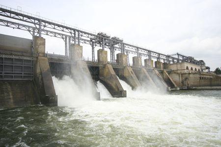central el�ctrica: Visi�n horizontal de la central hidroel�ctrica de Dubasari (Moldavia), ubicado en el r�o Dni�ster.