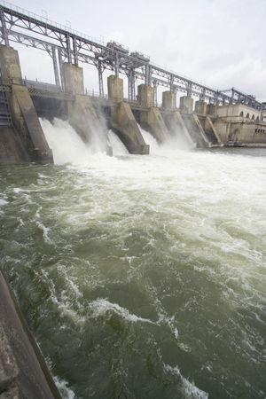 Verticale vista della centrale idroelettrica da Dubasari, Moldavia.