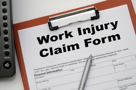 accidente trabajo: Formulario de reclamación por una lesión en el trabajo sobre un escritorio