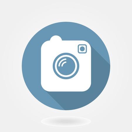 Macchina fotografica: Fotocamera come icona instagram con design piatto. nel cerchio blu con lunghi shaddow