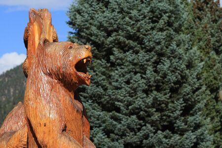 oso negro: Madera tallada oso negro Foto de archivo