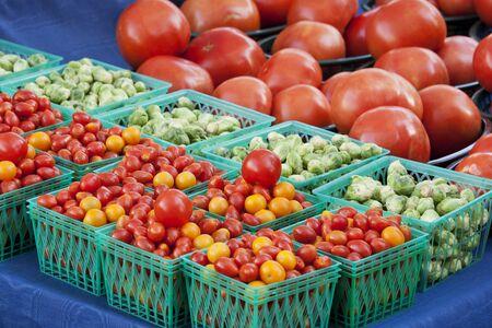 canastas con frutas: Cestas de variedades de tomates y coles de Bruselas Foto de archivo