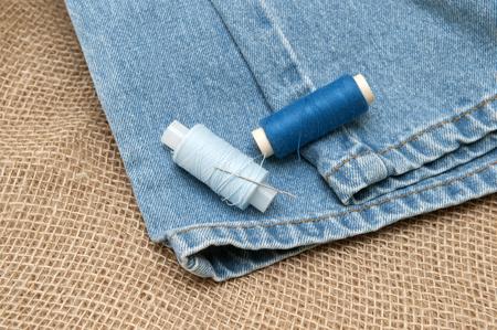 ropa vieja: Fuentes de costura y ropa vieja para su reparaci�n. Foto Foto de archivo