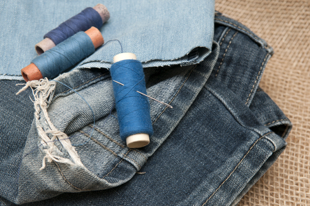 vestidos antiguos: Sewing supplies and old clothes for repair. Photo
