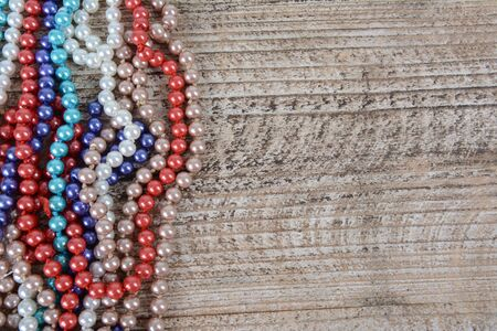 Frame of colorful beads on textured wooden background Zdjęcie Seryjne - 126893350