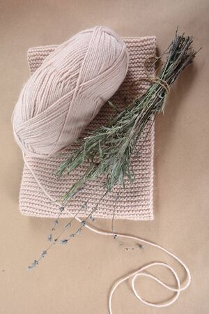 Coil of wool yarn for knitting, a beige scarf and a bunch of dried lavender Zdjęcie Seryjne