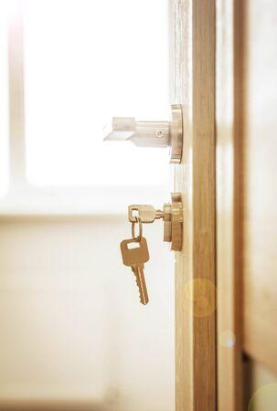 Cerradura de la puerta, puerta abierta delante de la habitación desenfoque de fondo